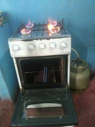 Cozinha com garrafa de gás e geladeira à venda