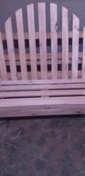 Cadeiras e mesas e painel de palét
