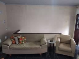CONJUNTO DE SALA- sofá, poltrona e mesinha lateral.
