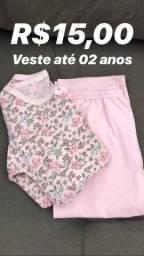 Roupas, calçado e lençol infantil