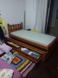 Cristaleira e cama de solteiro