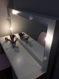 Penteadeira Camarim e Cadeira Eiffel Rosa