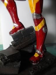 escultura homem de ferro 32cm
