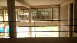 Lojão com Jirau de 276M em prédio Comércial no Camorim
