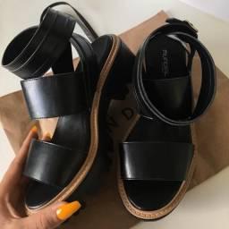Sandália - solado grosso