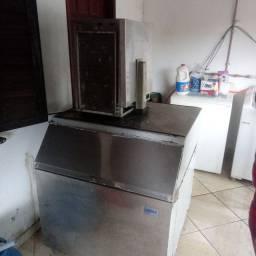 Máquina de gelo com deposito