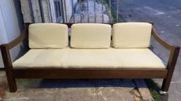 Sofá de madeira seminovo