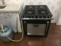 Título do anúncio: Vende-se fogão industrial 4 bocas com forno, em bom estado.