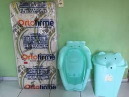 Colchão, banheira e cesto pra bebê