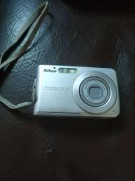 Câmera fotográfica Nikon - Sem carregador, precisa comprar cabo