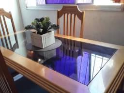 Mesa de madeira clara com vidro fumê