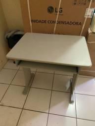 Mesa para escritório com prateleira para teclado