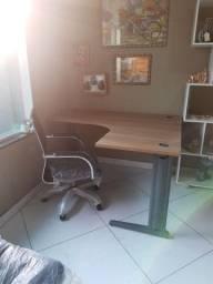 Título do anúncio: Mesa em L nova de 140x120  + duas cadeiras diretor tela cromada