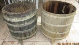 Antigos cascos de máquina em madeira