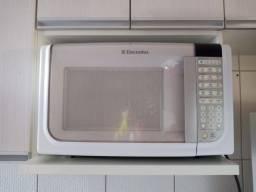 Título do anúncio: Vendo esse microondas semi novo electrolux semi novo so liga mais n esquenta