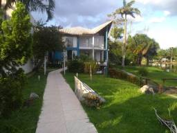 """Lago Azul"" Cond. Fechado, belíssima casa na beira do lado, 4 suítes, piscina, jardim"
