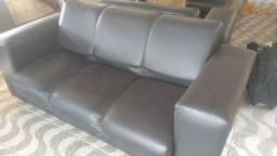 Sofá em couro sintético preto