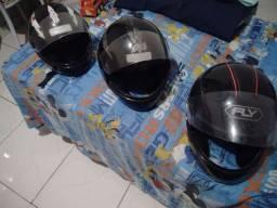 Três capacetes