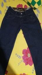 Título do anúncio: Calça jeans feminina usada uma vez novinha 30 reais