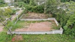 Terreno limpo e murado.