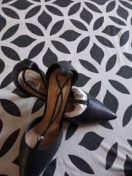 Título do anúncio: Vendo essa sandália nunca usada.comprei mas fiz cirurgia n posso mas usa.salto