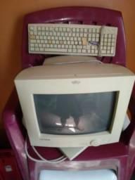 Monitor antigo com teclado