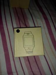 Relógio celular novo na caixa com o plástico