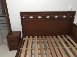 Cama casal e criado em madeira