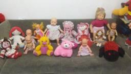 Vendo lote de bonecas valor 100 reais ainda ganha um berço de boneca