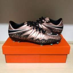 Chuteira Nike Hypervenom com travas TAM. US 10