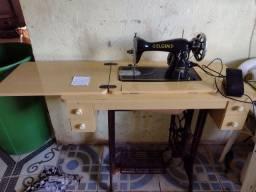 Máquina de costura com pé e motor