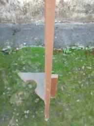 02 prateleiras madeira c/mão-francesa