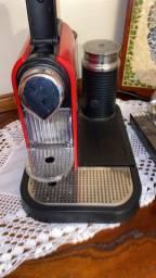 Máquina Nespresso de café com cappuccino