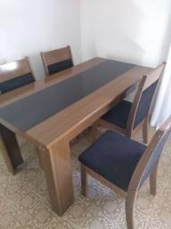 Mesa super conservada com 4 cadeiras.