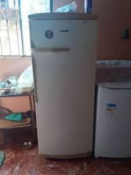 Vendo geladeira funcionador 150 vindo busca