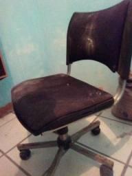 Título do anúncio: vendo uma cadeira giratória usada