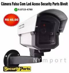 Câmera Falsa Com Led Aceso Security Parts Bivolt Não Filma Liga Na Tomada