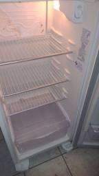 Título do anúncio: Vende-se geladeira boa motor novo 5 meses de uso tem o motor voltagem 110