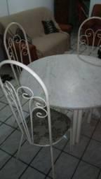 Mesa de Mármore com 4 Cadeiras.