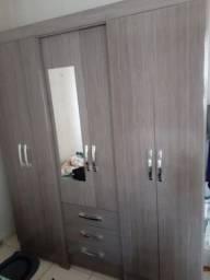 Guarda roupas semi novo e  armário de madeira maciça