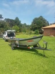Barco com carreta rodoviária e motor