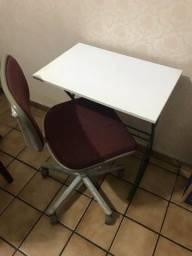 Cadeira de escritorio com escrivaninha nova os dous por 150,00
