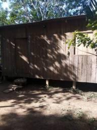 Vendo essa casa de madeira quintal espaçoso toda de madeira nova por 10 mil .