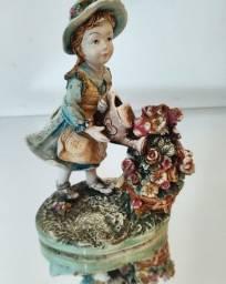 Bibelô Alemão de uma linda florista, rica em detalhes.
