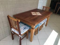 Mesa com cadeiras e bancos