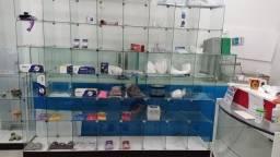 Título do anúncio: Vendo prateleiras de vidro e balcão pra atendimento
