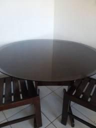 Mesa e cadeiras.