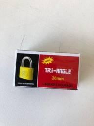 Título do anúncio: 5 Cadeados Tri-angle 20mm Dourado