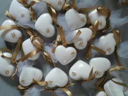 Coração com alianças lembrancinhas de noivado casamento bodas