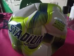 Bola de futebol. 50 reais